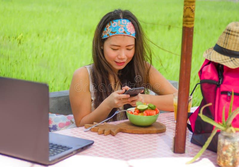 Девушка счастливого и довольно цифрового кочевника азиатская китайская фотографируя фруктовый салат с мобильным телефоном для дел стоковые фото