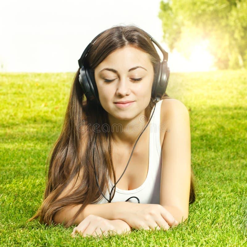 Девушка счастья наслаждаясь природой стоковое фото