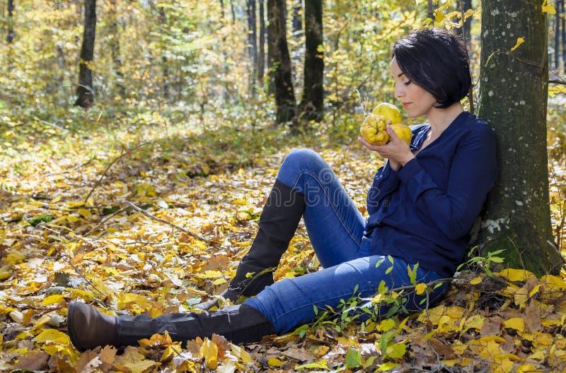 Девушка с айвами здоровья стоковая фотография