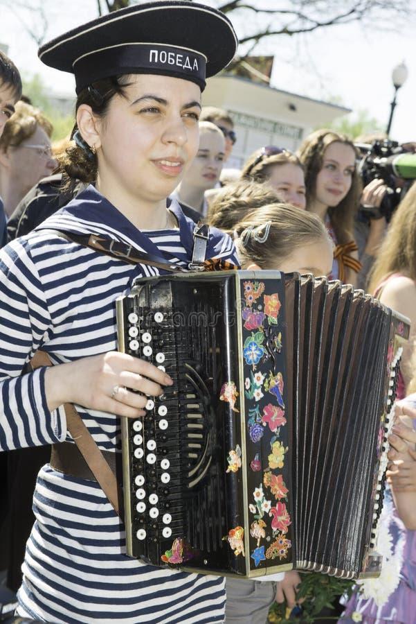 Девушка с аккордеоней стоковые фотографии rf