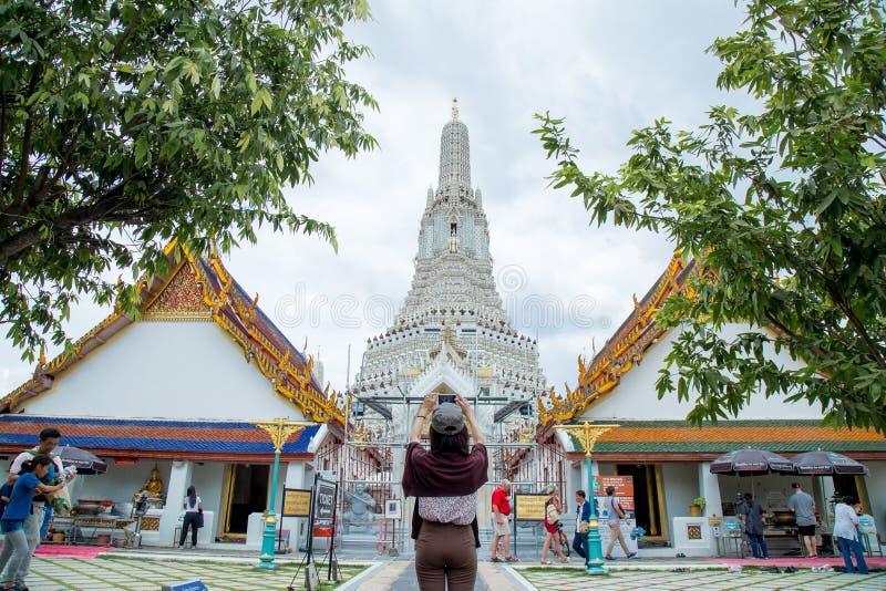 Девушка с архитектурой буддизма - молитвенное место, который нужно помолить стоковая фотография rf
