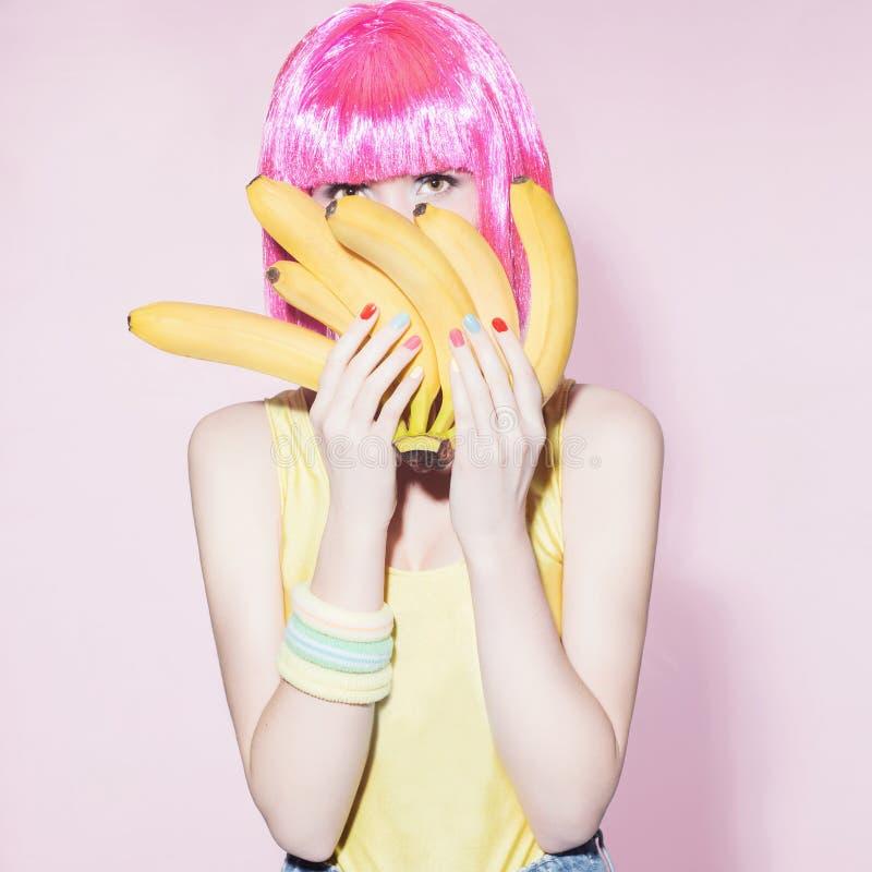 Девушка с бананами еда здоровая стоковые изображения rf