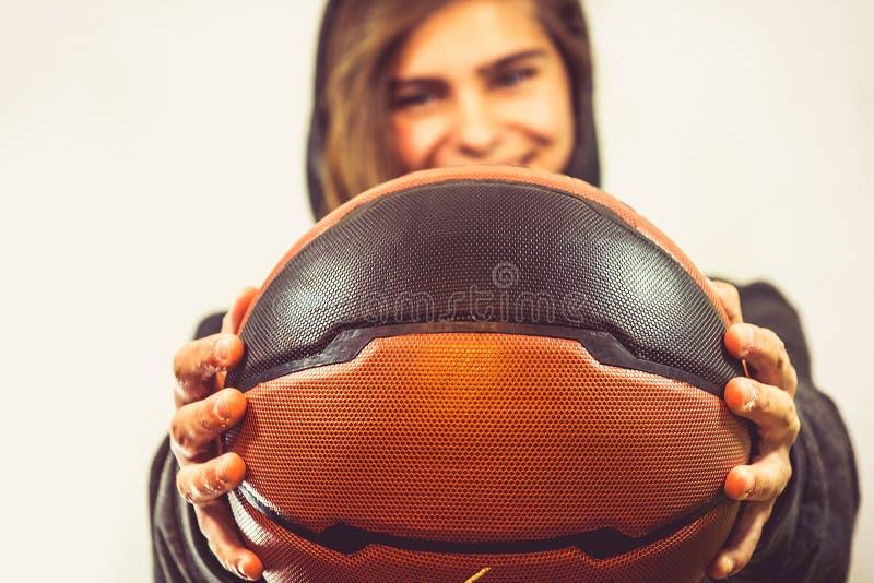 Девушка с баскетболом стоковые изображения rf