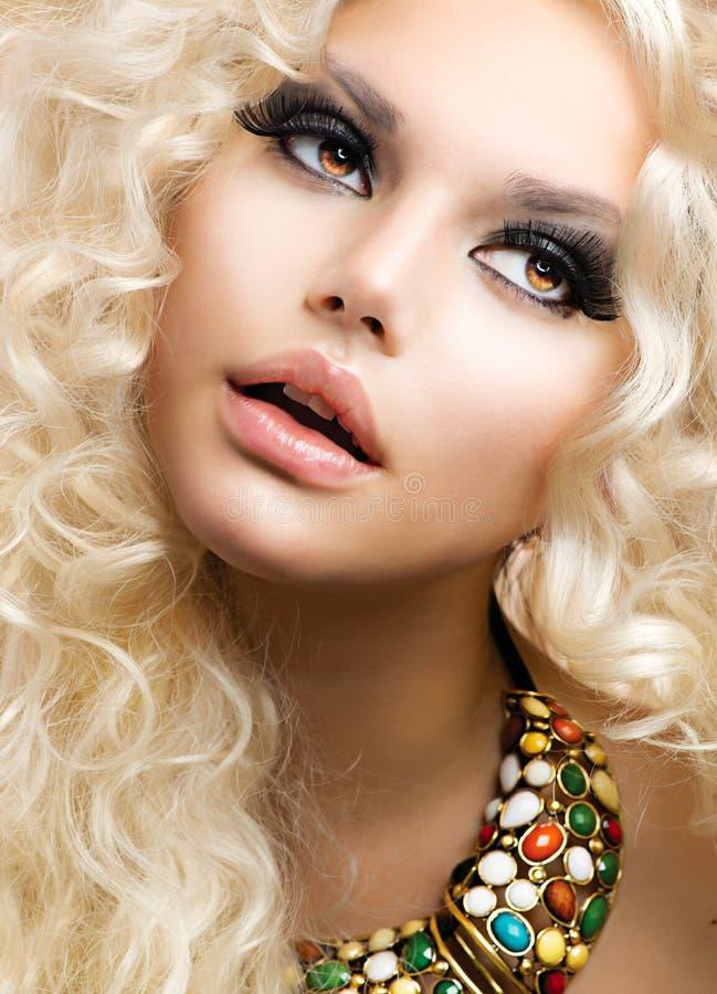 Девушка с белокурыми курчавыми волосами стоковая фотография rf