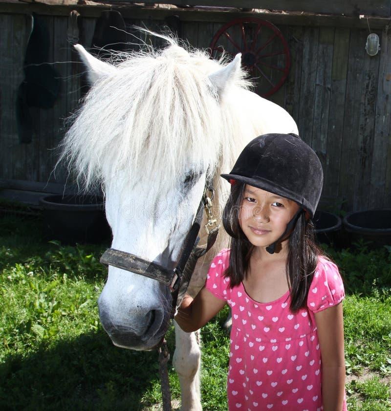Девушка с белой лошадью в Дании стоковое изображение rf