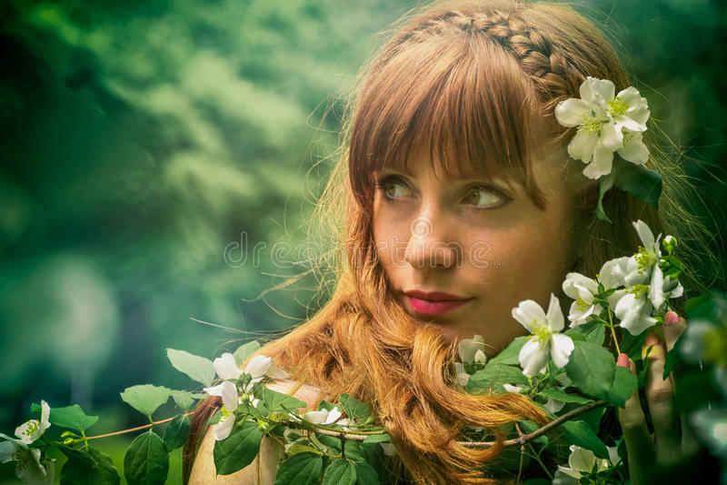 Девушка с белыми цветками стоковое изображение rf