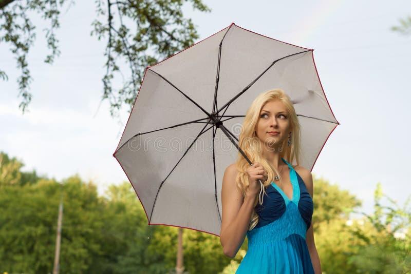 Девушка с белым зонтиком стоковое фото