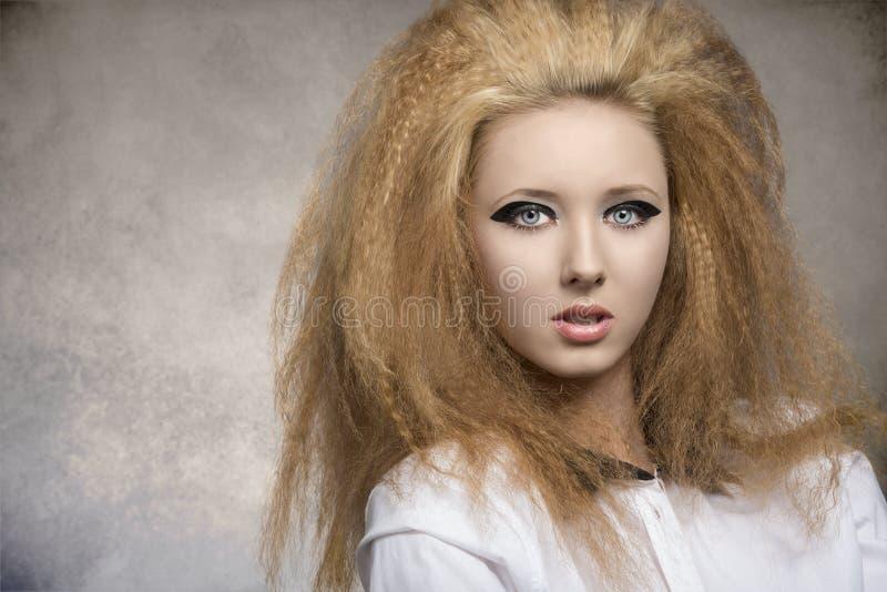 Девушка с большим стилем причёсок в портрете конца-вверх стоковые фото