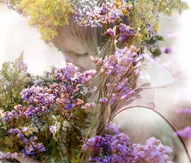 Девушка с букетом душистых трав стоковое фото rf