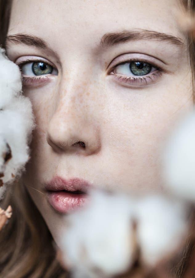 Девушка с букетом хлопка стоковое изображение
