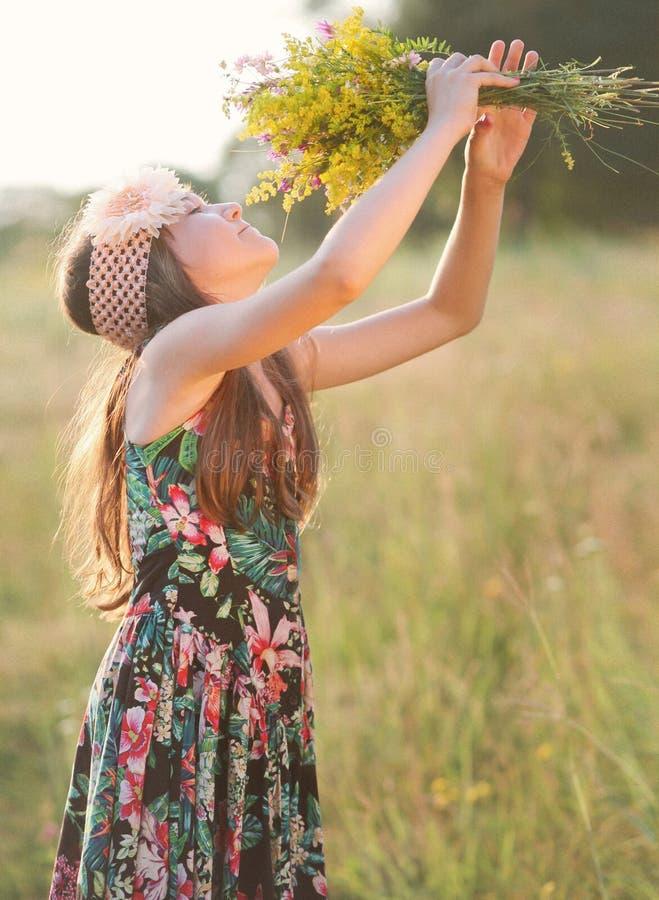 Девушка с букетом wildflowers стоковые фото