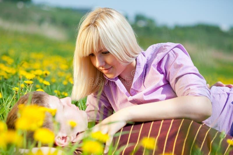Девушка с вантой на поле стоковое фото