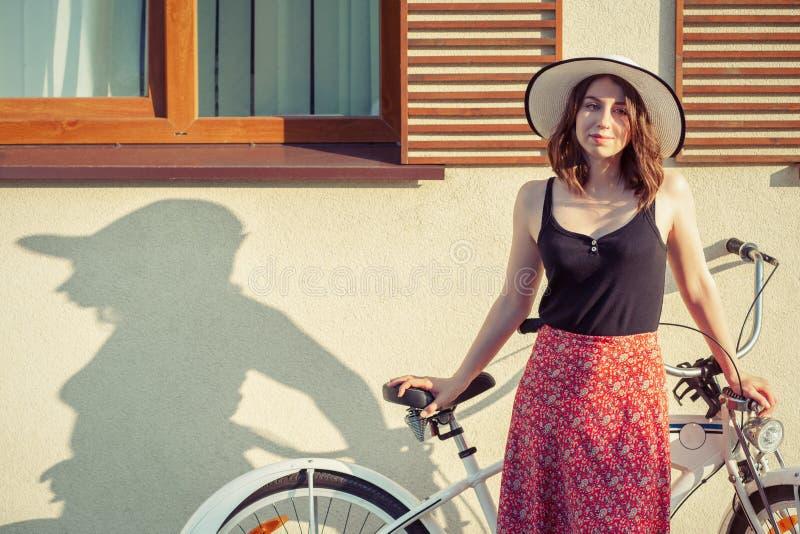 Девушка с велосипедом стоковые изображения rf