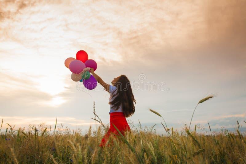 Девушка с воздушными шарами в пшеничном поле стоковые изображения rf