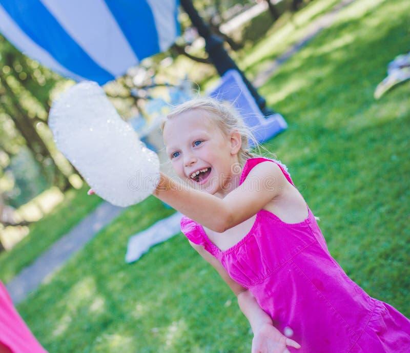 Девушка с воздуходувкой мыла Усмехаться и смеяться над стоковая фотография rf