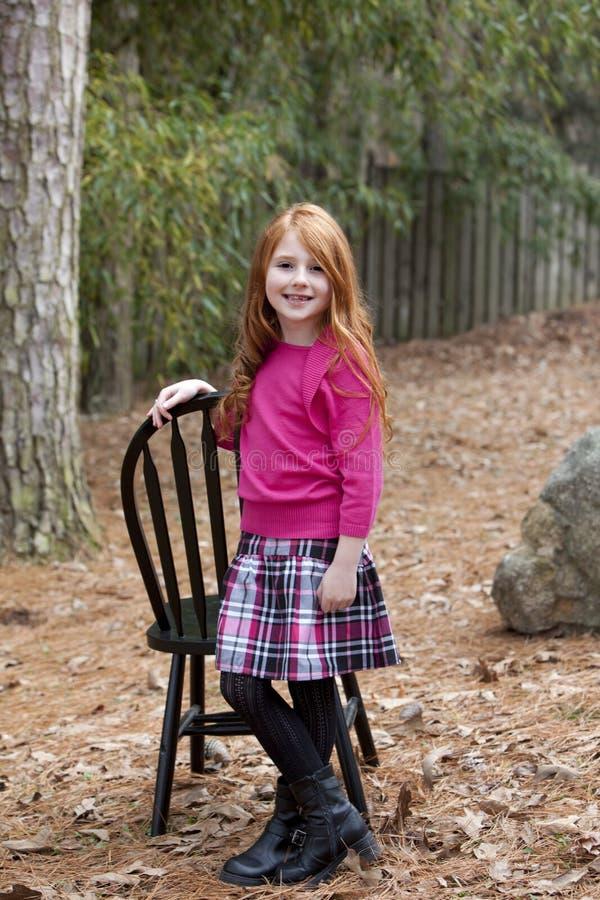 девушка с волосами немногая красный усмехаться стоковое изображение rf