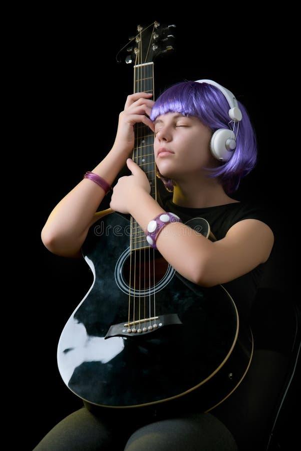 девушка с гитарой стоковые фотографии rf