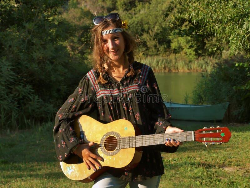 Девушка с гитарой стоковые изображения