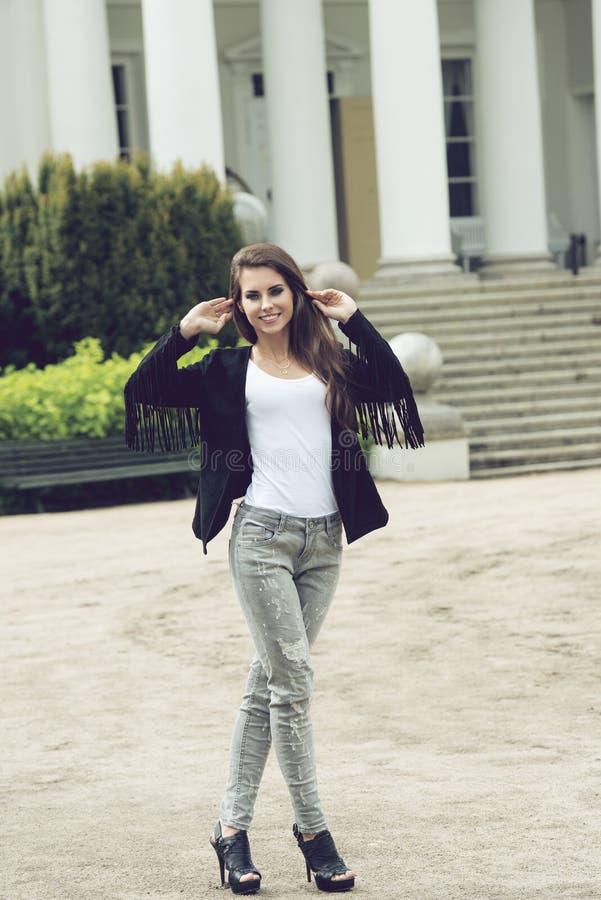 Девушка с городским стилем стоковое фото rf