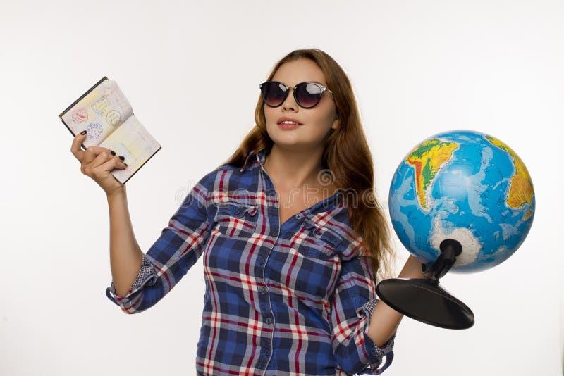 Девушка с глобусом и пасспортом стоковое изображение