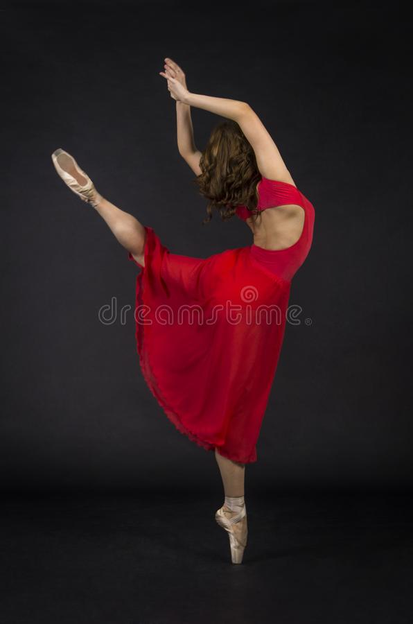 Девушка с длинными волосами, в красном, танцуя балете стоковые изображения rf