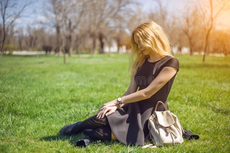 Девушка с длинными волосами, черным платьем и чулками стоковое изображение