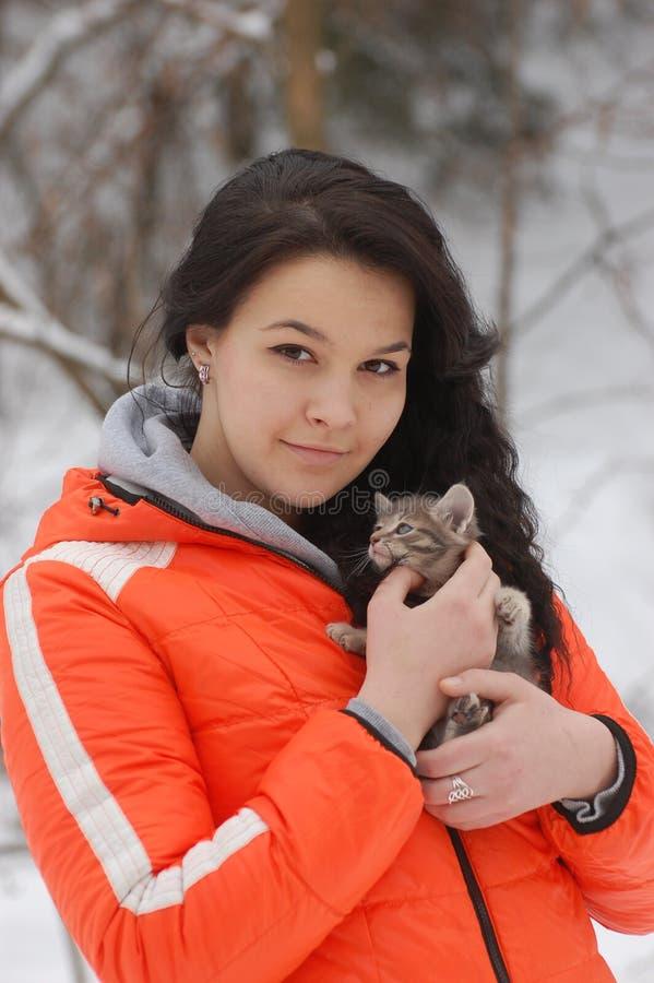Девушка с ее котом стоковое изображение