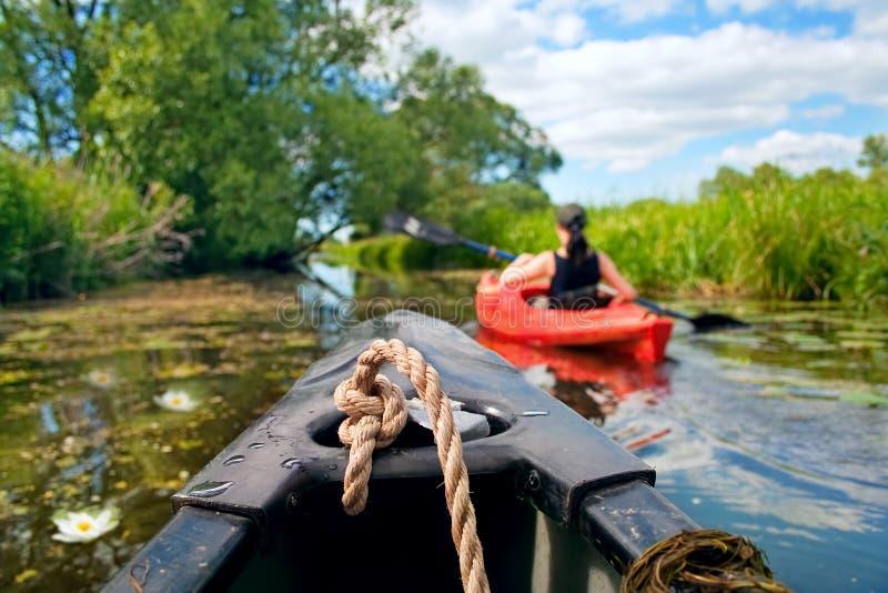 Девушка с затвором и kayak 5 стоковая фотография rf
