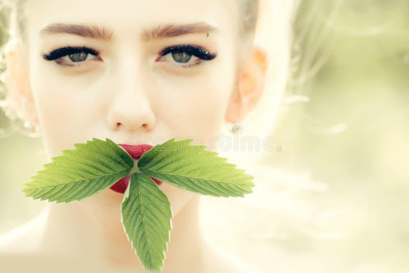 Девушка с зелеными листьями стоковое изображение rf