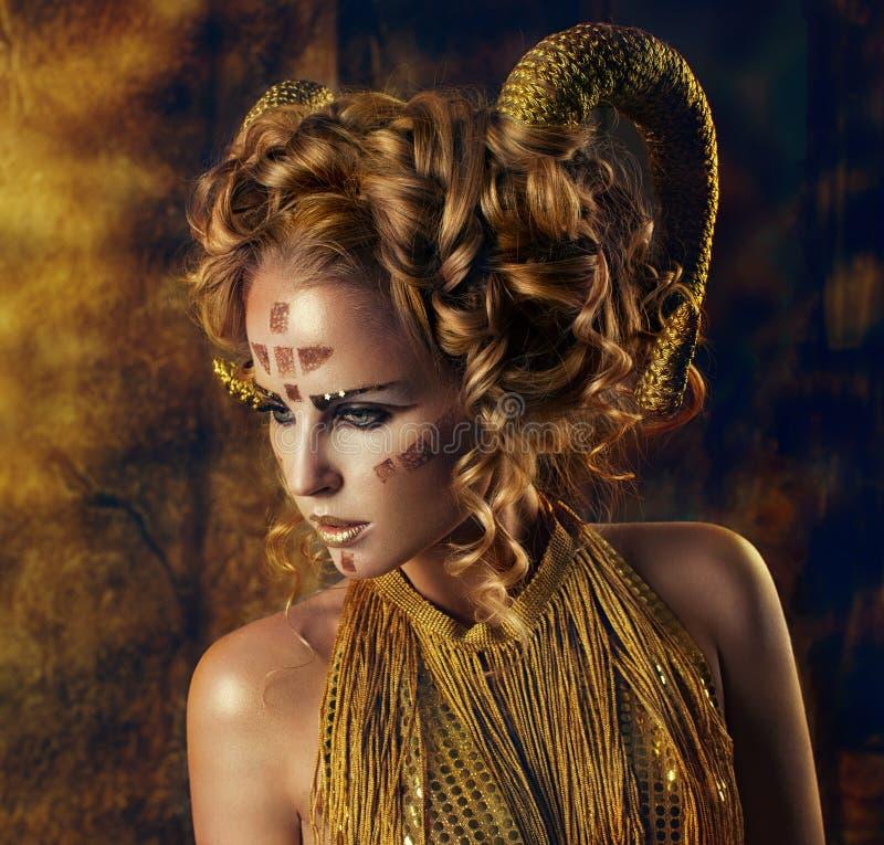 Девушка с золотыми рожками стоковая фотография rf