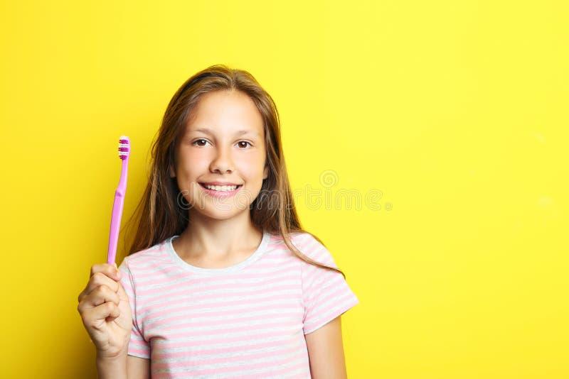 Девушка с зубной щеткой стоковые фотографии rf