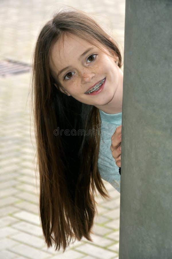 Девушка с зубоврачебными расчалками стоковые изображения rf