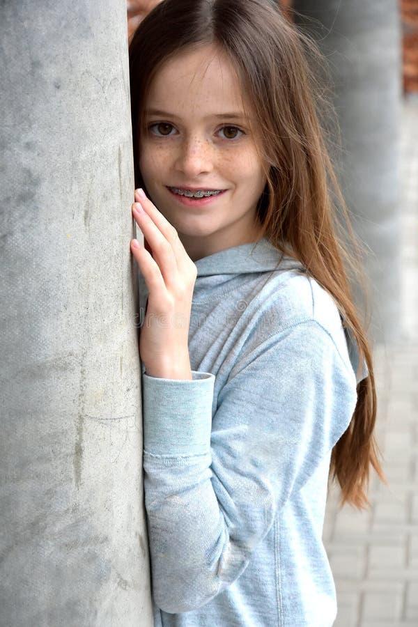 Девушка с зубоврачебными расчалками стоковое фото rf