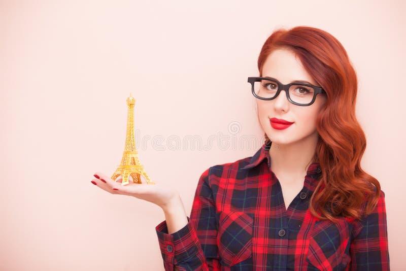 Девушка с игрушкой Эйфелевой башни стоковые изображения