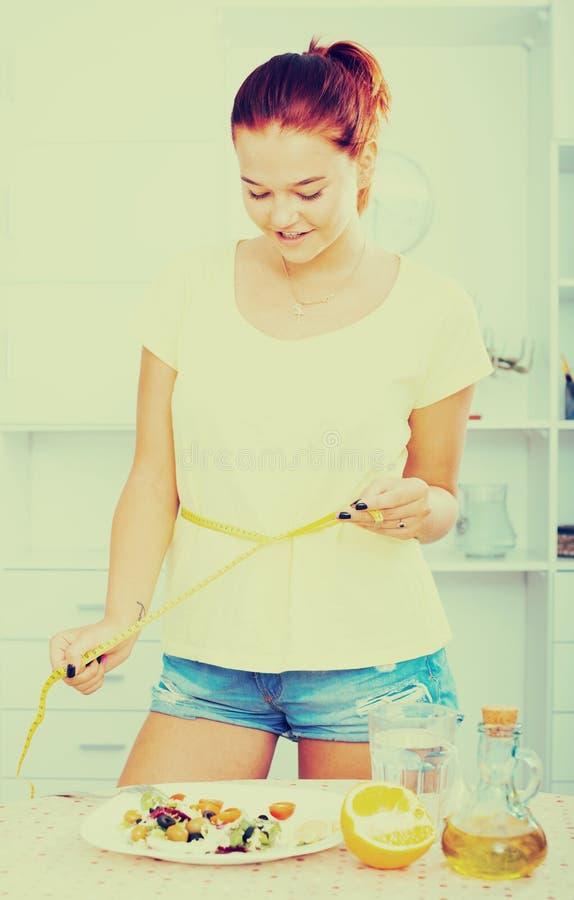Девушка с измеряя лентой стоковые фото