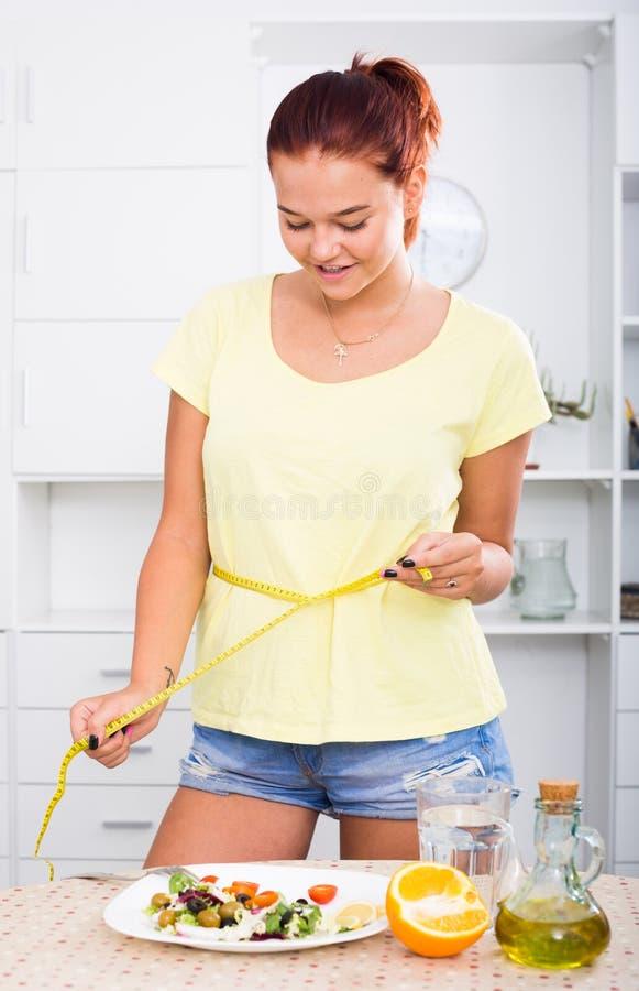 Девушка с измеряя лентой стоковая фотография