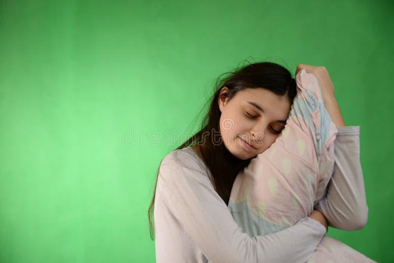 Девушка с изолированным подушкой ключом chroma стоковое изображение rf