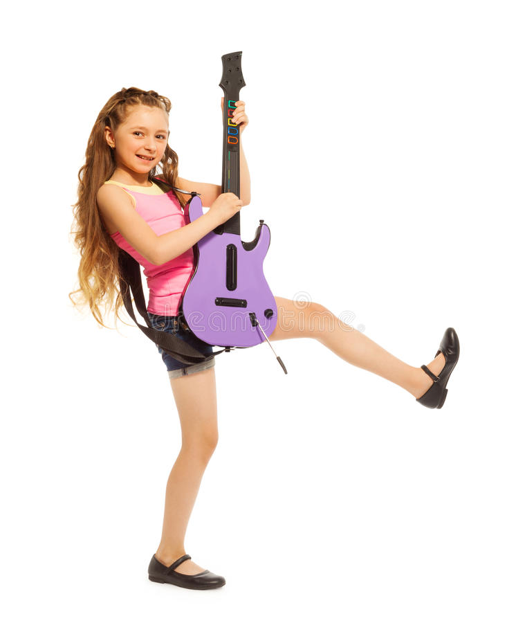 Девушка с длинными волосами играет на electro гитаре стоковые изображения rf