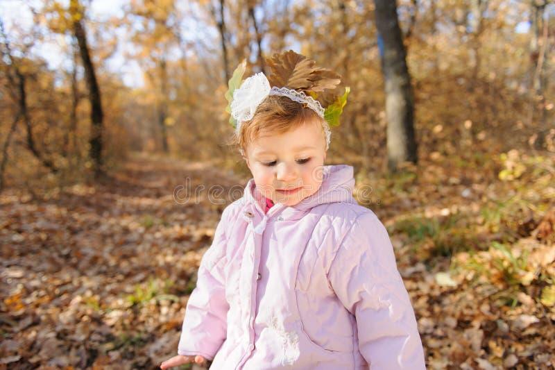 Девушка с листьями на голове стоковое изображение