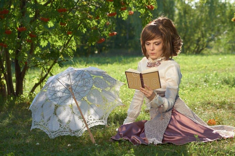 Девушка с книгой и зонтиком стоковые фотографии rf