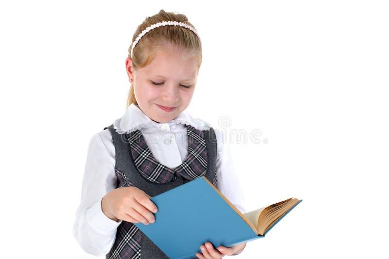 Девушка с книгой усмехаясь на белой предпосылке стоковое фото rf