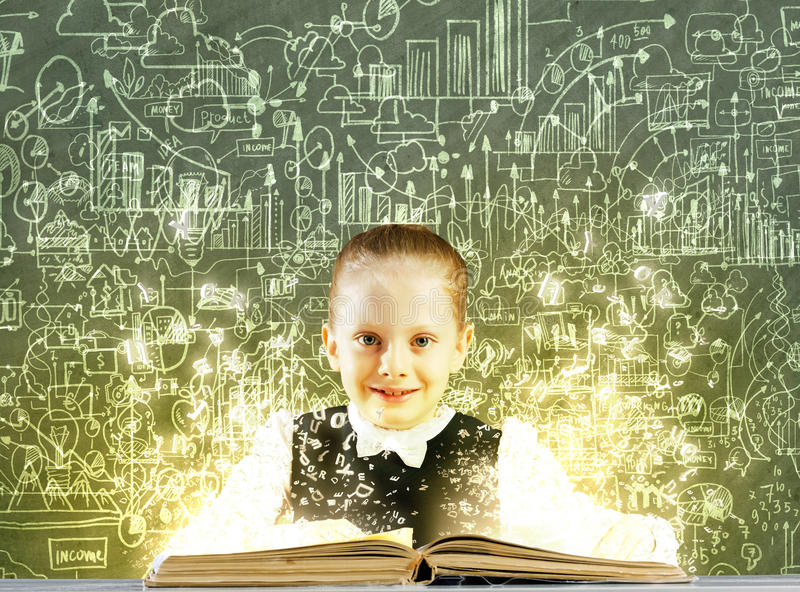 Download Девушка с книгой стоковое изображение. изображение насчитывающей словесность - 41650191