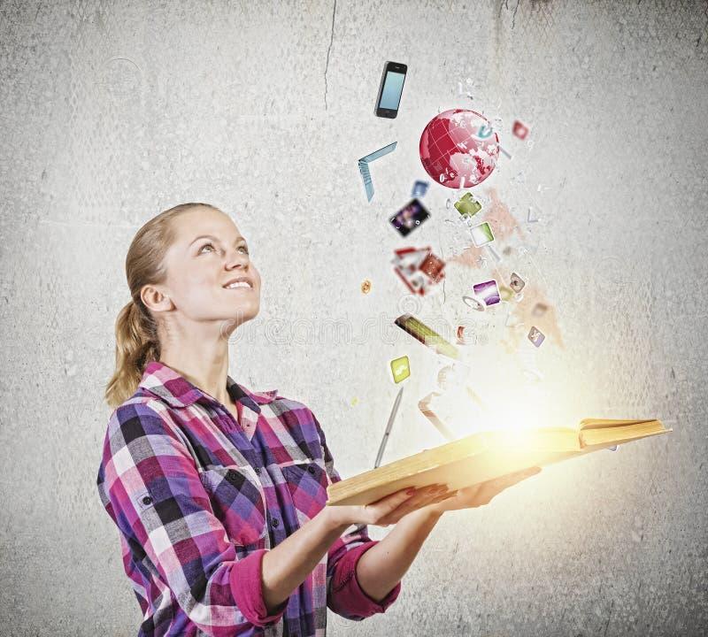 Download Девушка с книгой стоковое изображение. изображение насчитывающей просматривая - 41650407