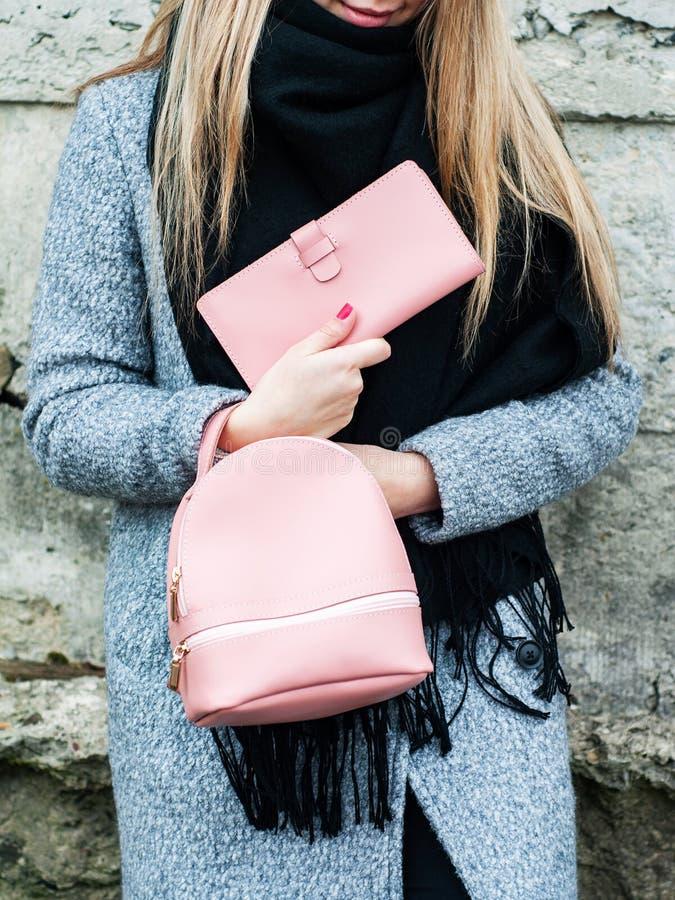 Девушка с кожаным рюкзаком стоковое изображение rf