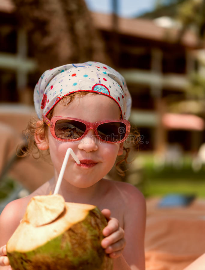 Девушка с кокосом на пляже стоковые фотографии rf