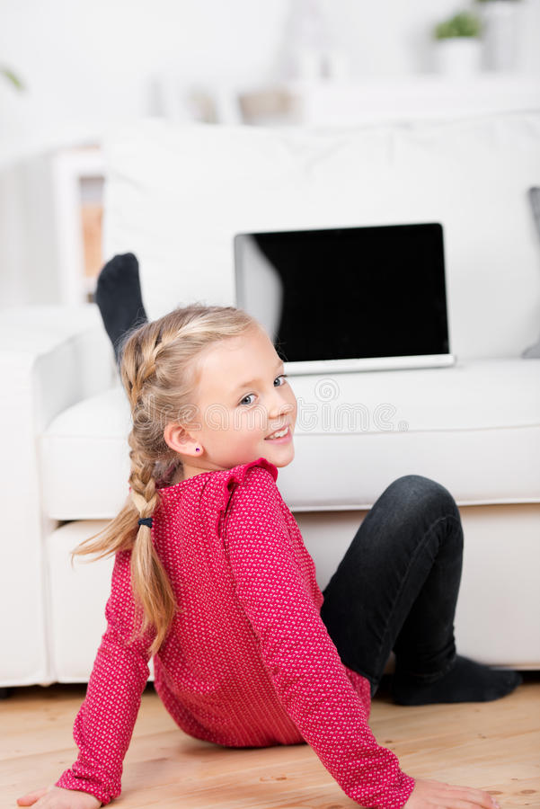 Девушка с компьтер-книжкой на софе стоковые изображения