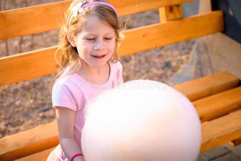 Девушка с конфетой хлопка стоковые изображения