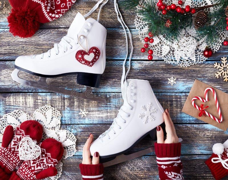 Download Девушка с коньками льда стоковое фото. изображение насчитывающей пары - 104306622