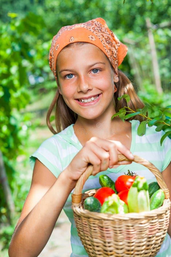 Девушка с корзиной овощей стоковые изображения rf