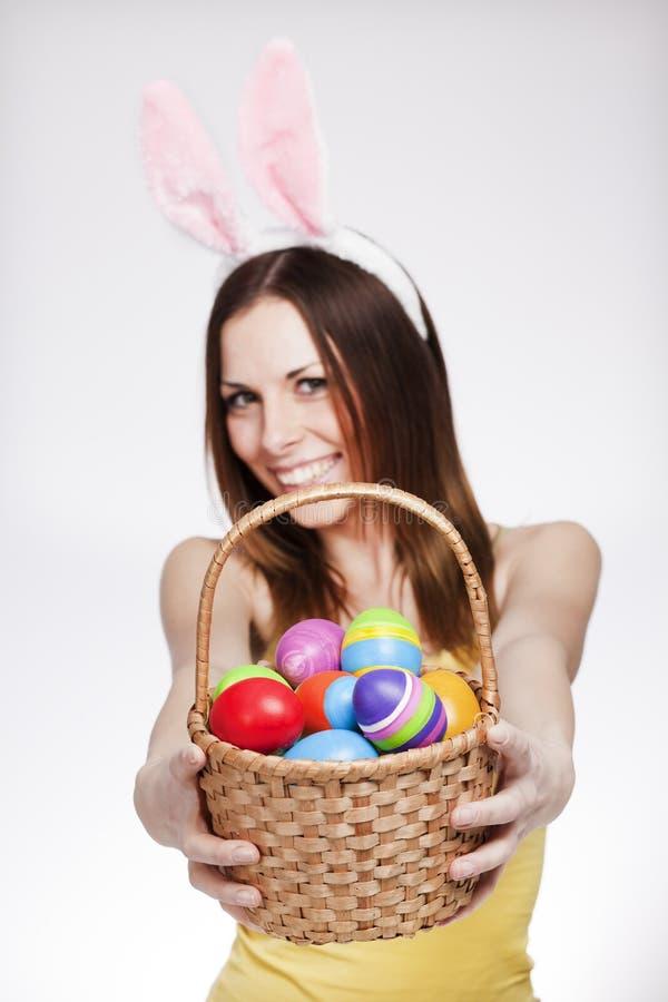 Девушка с корзиной пасхального яйца стоковое фото rf